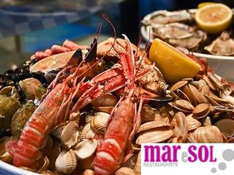 MARISCADA em Sesimbra para 2 Pessoas: Moscatel, Sapateira, Gambas, Amêijoas, Entradas e Bebidas no Mar e Sol por 26€.
