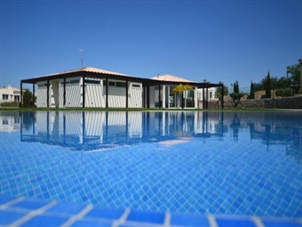 CARVOEIRO Villas Mourim VERÃO: 2, 3, 5 ou 7 Noites em MORADIA até 5 Pessoas desde 178€. Aproveite o calor do Sul.