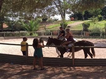 DIVERSÃO GARANTIDA: Baptismo a Cavalo, Acesso à Piscina e Almoço desde 13€ em Pegões. Venha passar um Dia Diferente!