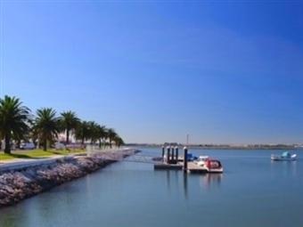 Apaixone-se junto ao Rio Tejo no TRYP Montijo Parque Hotel: Estadia com Jantar, Massagem, Espumante e Bombons no Quarto desde 44.95€.