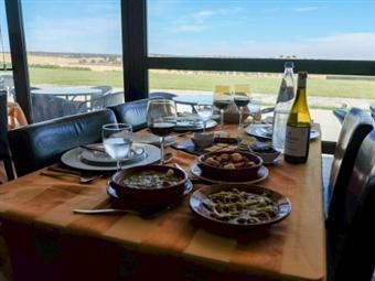 PÁSCOA em Família no Hotel Rural Santo António: 2 ou 3 Noites no Alentejo com Jantares, Provas de Vinho, Passeios e Caça ao Ovo da Páscoa desde 120€.