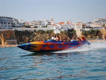 Fast and Furious em ALBUFEIRA: Passeio em JET BOAT ou ROCKET cheio de Adrenalina e Manobras de Diversão desde 19€ com Foto Lembrança. Fantástico!
