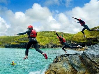 Coasteering na Serra da Arrábida para 1 ou 2 Pessoas durante 4 Horas desde 29.90€. Adrenalina num dos sitios mais bonitos de Portugal.
