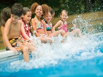 PISCINA, VÁRIAS ACTIVIDADES E REFEIÇÃO no PARQUE AVENTURA para 2 ou 4 Crianças desde 17€. Dia Completo de Diversão em Mafra.