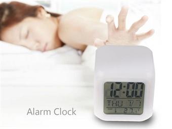 Relógio Despertador com 7 Luzes LED e Temperatura por 10€. Para um ambiente colorido e divertido sempre que o alarme tocar. PORTES INCLUÍDOS.