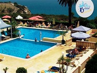 Baía Cristal Beach & Spa Resort 4*: Réveillon na Praia do Carvoeiro com 2 ou 3 Noites, Pequeno-Almoço, Jantar, Ceia e Animação com DJ desde 97.50€.