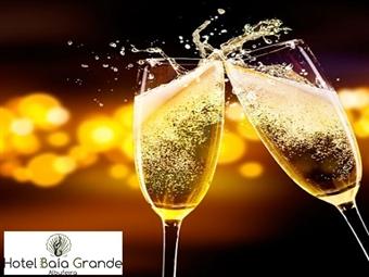 Hotel Baía Grande 4*: Réveillon em Albufeira com 2 ou 3 Noites, Pequeno-Almoço, Jantar, Ceia, Música ao Vivo e Brunch de Ano Novo desde 255€.