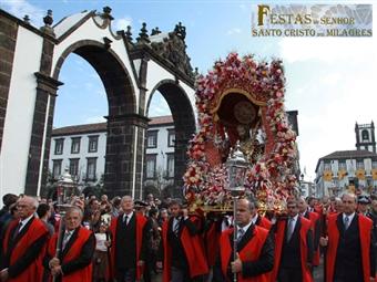Especial SANTO CRISTO - Açores: 3 Noites com Voos de Lisboa, Transfers ou Carro e Hotel de 3* ou  4* desde 359€. Uma festa única na ilha de São Miguel!