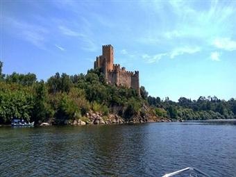 Passeio de Barco com visita guiada ao Castelo de Almourol em Vila Nova da Barquinha para 2 pessoas por 22.90€. Descubra uma nova perspectiva do Tejo.