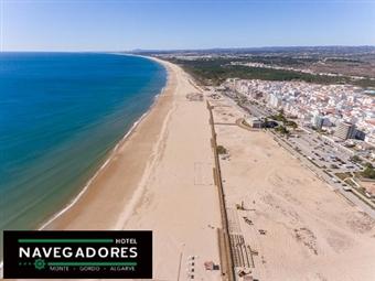 HOTEL NAVEGADORES 3*: Estadia de 1 Noite com Pequeno-almoço a 500m da Praia de Monte Gordo com CRIANÇA GRÁTIS desde 19.50€.