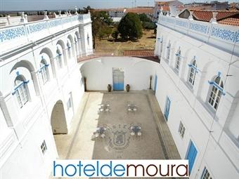 Hotel de Moura 3*: Estadia com Pequeno-almoço, Tábua de Queijos e Enchidos e Garrafa Vinho Tinto Alentejano num Palácio Encantado no Alentejo por 26€.