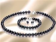 Conjunto Pearl SEMI BAROQUE Black. Evoque glamour com este Colar, Brincos e Pulseira.